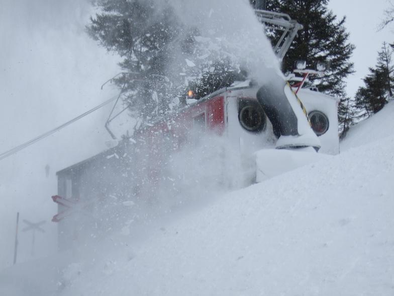 Snow clearing near Alpiglen, Wengen