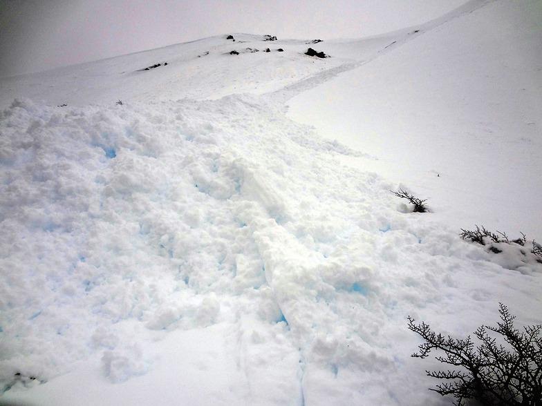 Avalancha de nieve húmeda en el embudo viejo, El Fraile