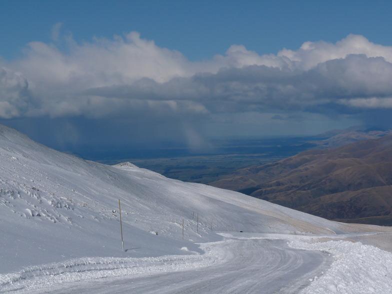 Snow showers cross the coastal plains, Mount Dobson