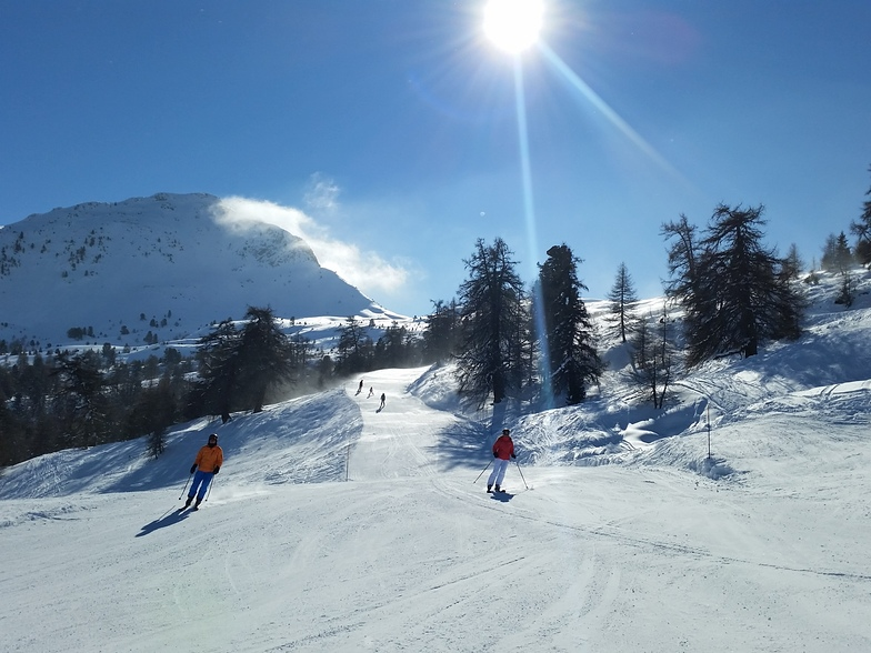 Beautiful sunny pistes at the Croix-de-Coeur area, La Tzoumaz