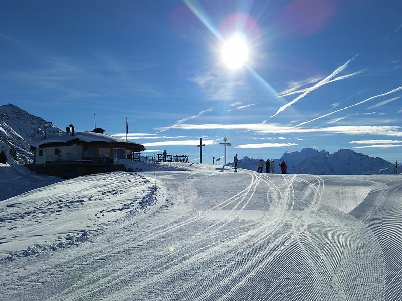 Blue skies and freshly-groomed pistes!, La Tzoumaz