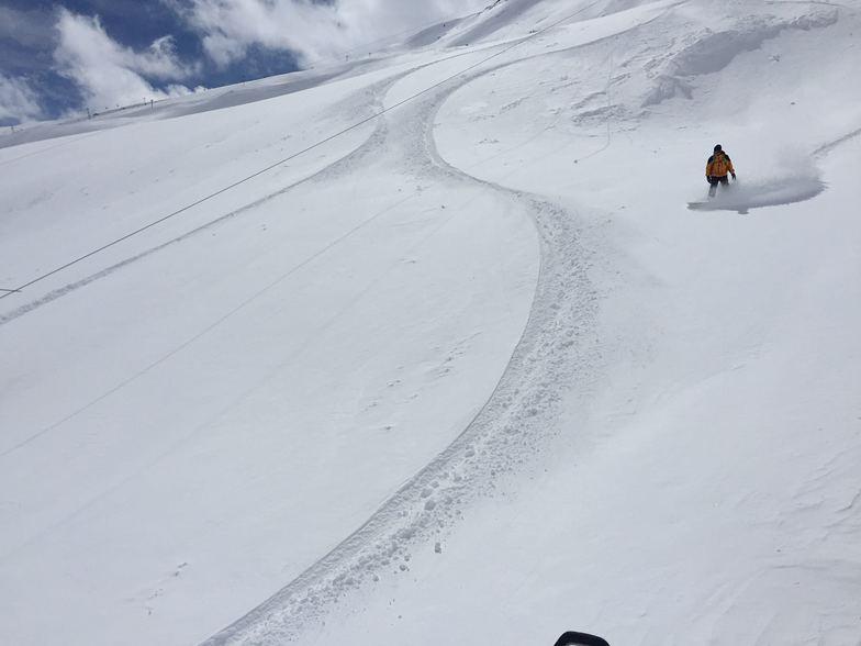 Snowboarder in dizin