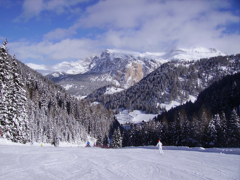Skiing from Plan de Gralba, Val Gardena
