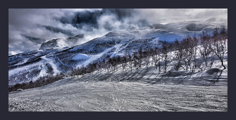 Midtloypa piste and view towards Totten, Hemsedal
