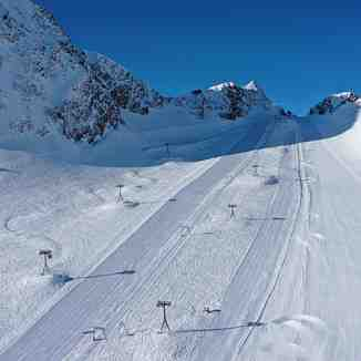 Great day for the 20 or so still-open ski areas in the Alps., Stubai Glacier