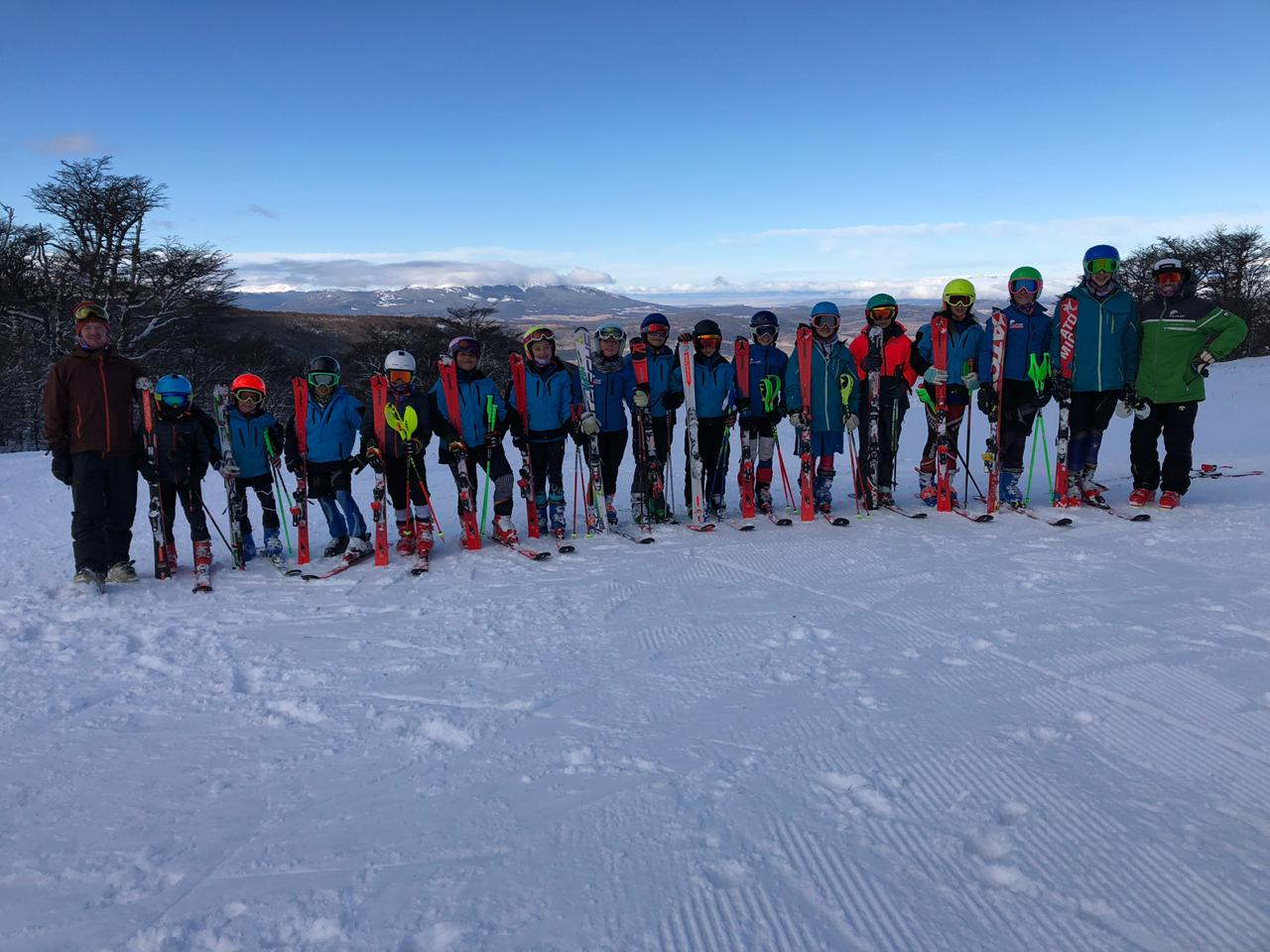 Parte del equipo Club Andino Escolar 2019, junto a sus entrenadores, El Fraile