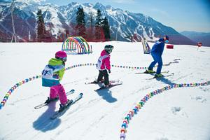 Детки катаются в горнолыжной школе Морозко на курорте Газпром Лаура photo