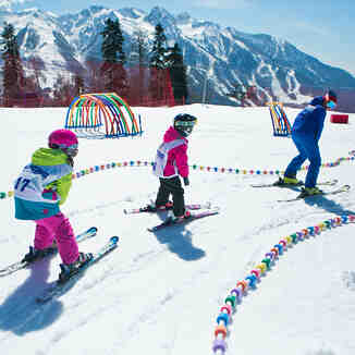 Детки катаются в горнолыжной школе Морозко на курорте Газпром Лаура