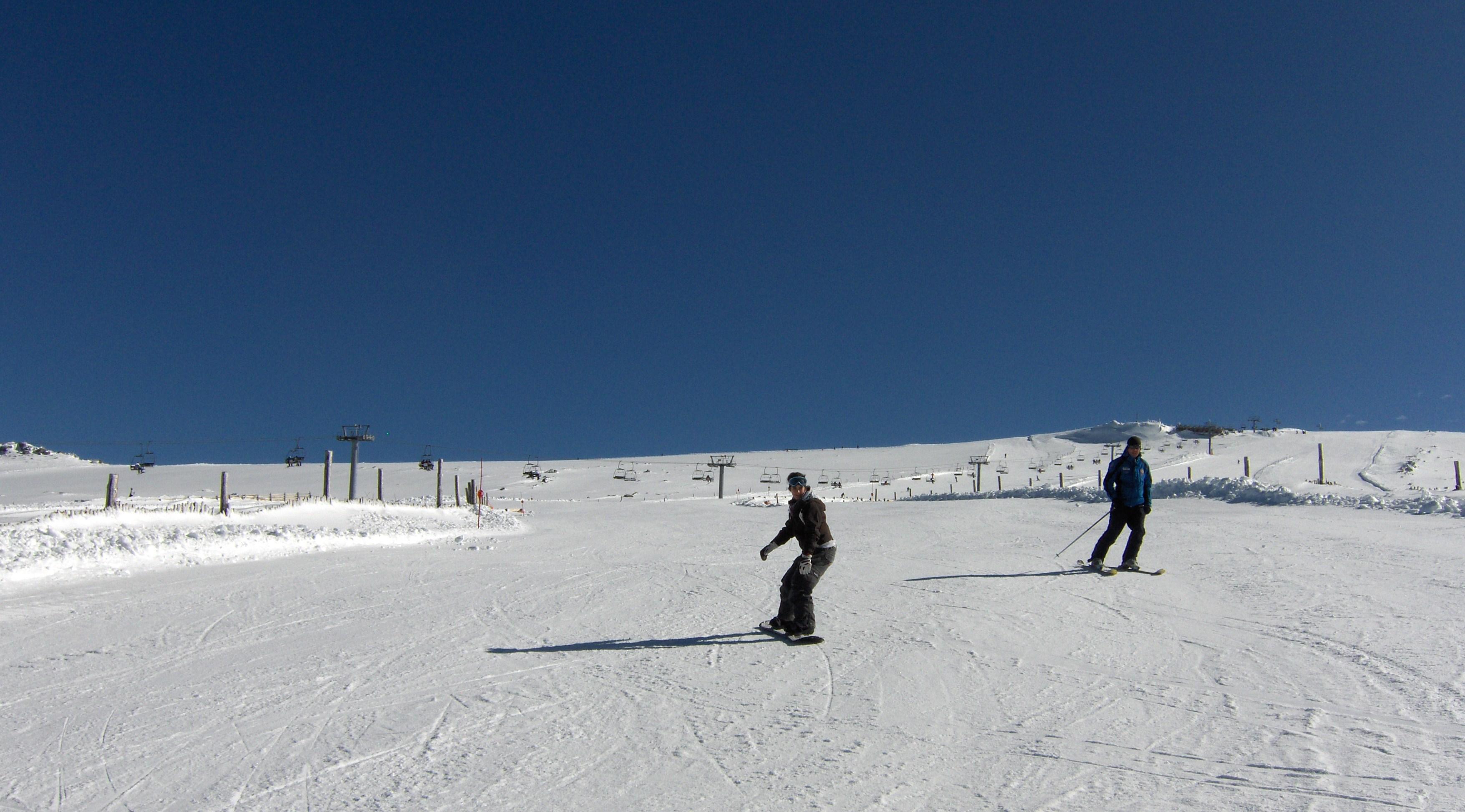"""Esquiador y snowboarder en pista """"El Regato del Oso"""" (original), Sierra de Béjar - La Covatilla"""