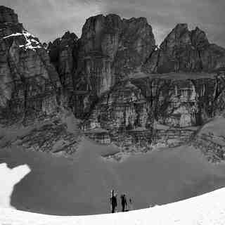 Climbing up the Calderone of Gran Sasso by skis