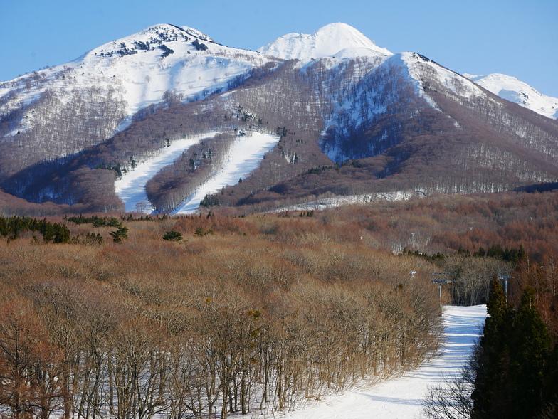 The Diamond Double chairlift on the flank of Mt Iwaki, Aomori Spring (Ajigasawa)