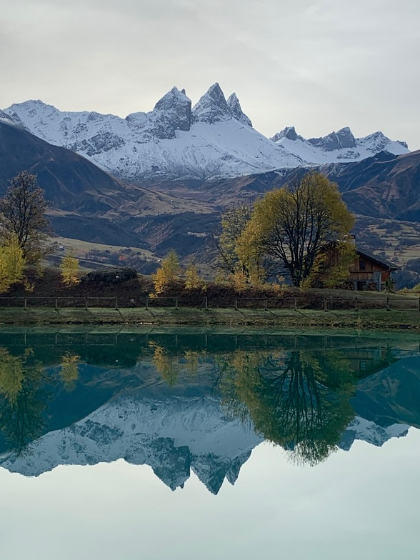 Les Aiguilles d'Arves se refletent dans le plan d'eau, Albiez-Montrond