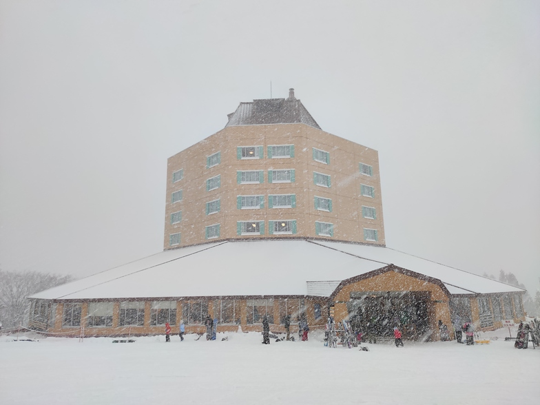 Maiko Kogen Hotel at the base of the slopes., Maiko Snow Resort