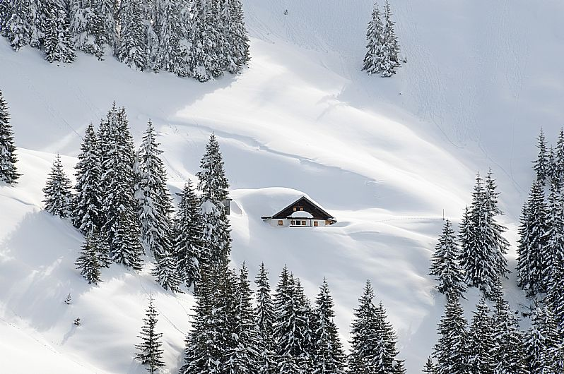 Deep snow covered hut in the Bichlalm region / Kitzbühel