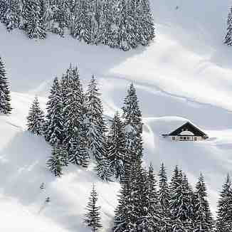Deep snow covered hut in the Bichlalm region / Kitzbühel