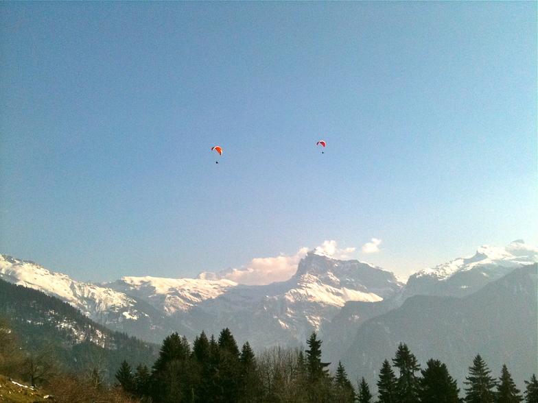 Parapents over the Criou, Samoens