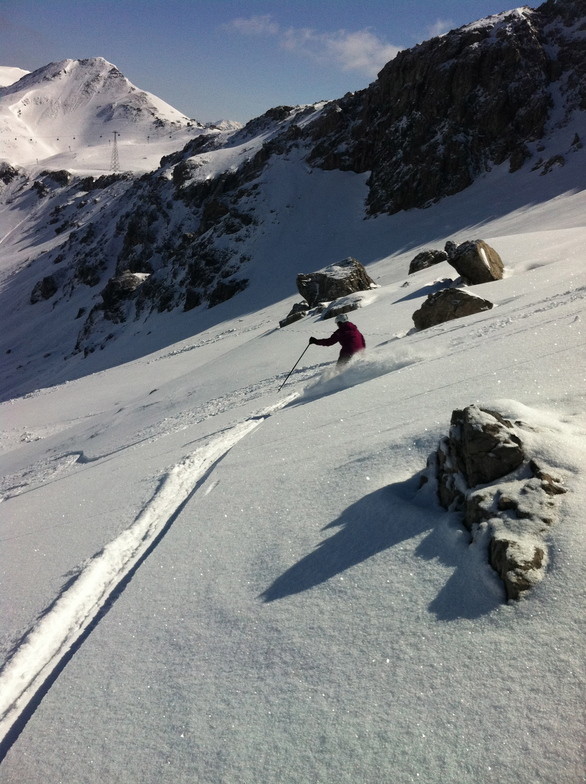 Annalis skiing powder snow on Balentines, Davos
