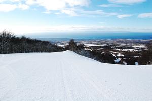 Esquiando con vista a la ciudad, Cerro Mirador photo